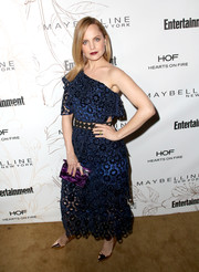 Mena Suvari's pearlescent purple box clutch provided a gorgeous contrast to her blue frock.