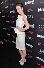 The actress matched her dress to her dove gray suede Casadei pumps.