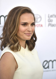Natalie Portman looked sweet with her wavy hairstyle at the 2017 EMA Awards.