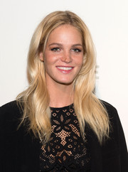 Erin Heatherton wore her hair loose with a center part and barely-there waves during the NFL Women's Style Showdown.