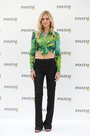 Chiara Ferragni showed off her flat abs in a cropped tropical-print shirt at the EstatePantene digital event.