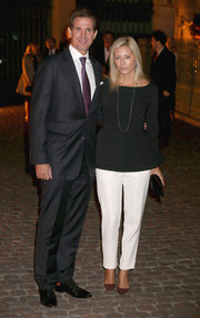 Marie-Chantel of Greece chose a simple yet sophisticated ensemble, consisting of a long-sleeve black peplum top and white slacks, for the Global Fund event.