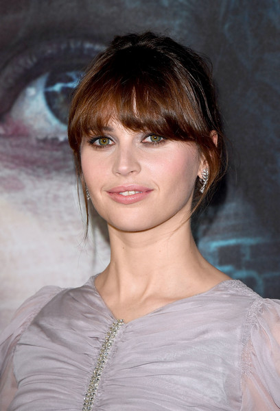 Felicity Jones sported a loose bun and her signature eye-grazing bangs when she attended the exclusive screening of 'Rogue One: A Star Wars Story.'