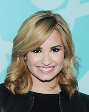 Demi's pinky lip color kept her beauty look soft and pretty.