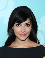 A bubble gum pink lipstick add a flirty and youthful touch to Hannah Simone's beauty look.