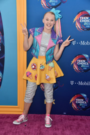JoJo Siwa looked cute in a blue, pink, and purple vest at the 2018 Teen Choice Awards.