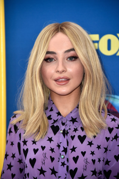 Sabrina Carpenter channeled the '70s with this gently wavy center-parted 'do at the 2018 Teen Choice Awards.