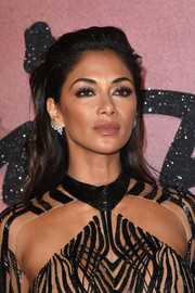 Nicole Scherzinger sported slightly wavy hair with the top gelled back when she attended the Fashion Awards 2016.
