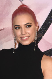 Amber Le Bon styled her pink locks into a classic bun for the Fashion Awards 2016.