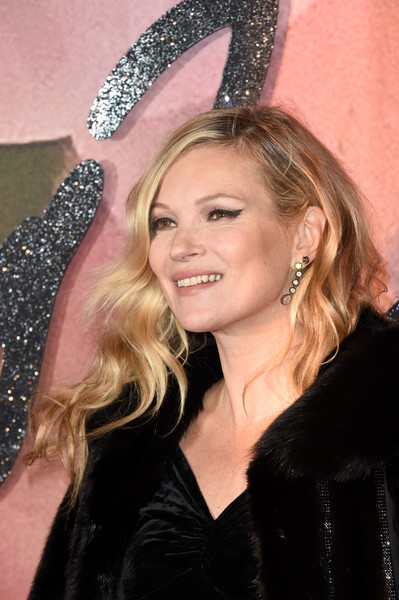 Kate Moss wore her hair down in a classic wavy style at the Fashion Awards 2016.