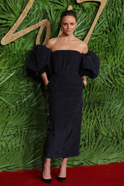Stella McCartney looked fab in a navy off-the-shoulder dress with puffed sleeves at the Fashion Awards 2017.