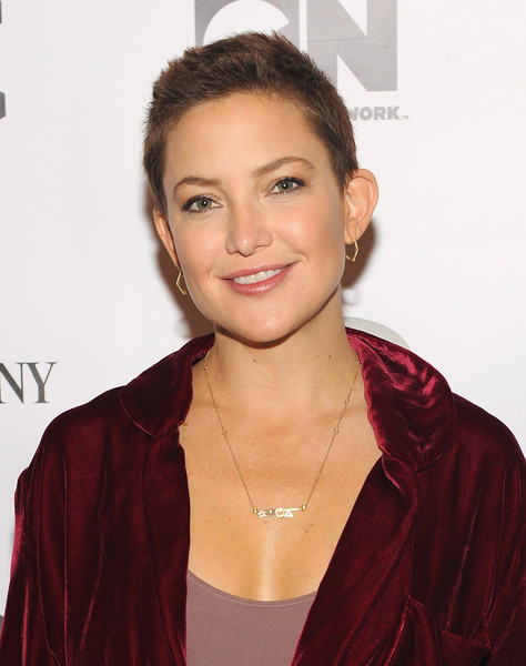 Kate Hudson accessorized with a pair of geometric gold hoops by Jennifer Meyer.