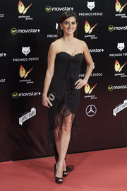 Penelope Cruz worked a super-sultry vibe in a strapless black lace-trimmed dress, a vintage Emanuel Ungaro, at the Feroz Awards.