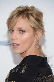 Few women can wear a messy updo and still look gorgeous, and Anja Rubik is one of them!