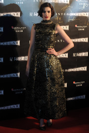 Anne Hathaway made a stunning choice with this gold lace gown by Chanel Couture for the 'Interstellar' premiere in Shanghai.