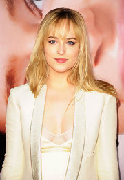 Dakota Johnson arrived at the premiere of 'The Five Year Engagement' wearing her long golden hair with wispy bangs.