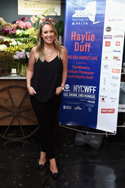 Haylie Duff matched her top with black skinny jeans.