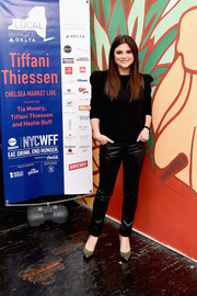 Tiffani Thiessen punctuated her black outfit with olive-green suede pumps.