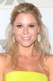 Julie Bowen balanced her bright yellow gown with these neutral dangling spheres.