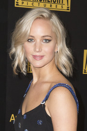 Jennifer Lawrence added a sultry effect to her makeup look with cat eyes.