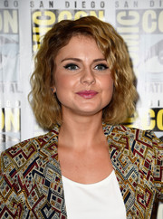 Rose McIver attended Comic-Con International 2014 wearing her hair in a wavy bob.