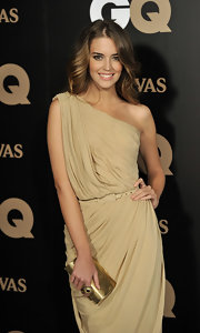 Clara Alonso added shine to her neutral evening dress with a metallic gold clutch. A matching cocktail ring is the only other accessory she needs for a jaw dropping look.