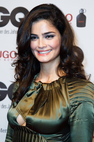 Shermine Sharivar looked stunning at the 2011 'GQ' Man of the Year Awards with her long locks in soft and shiny curls.