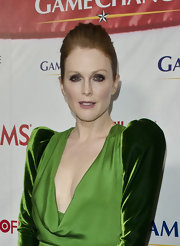 Julianne Moore attended the premiere of 'Game Change' wearing smoky eyeshadow.