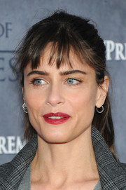 Amanda Peet made her lips pop with a rich red color.