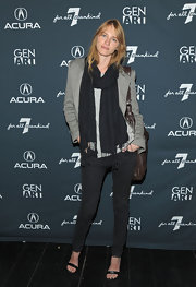 Sara looks oh so cas chic at a film festival with her black crinkled pashmina and skinny jeans.
