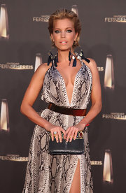 Sylvie van der Vaart donned blue feathered hoop earrings that complemented her printed gown beautifully.