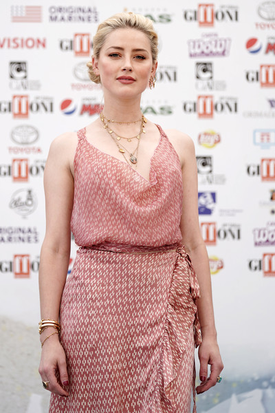 Amber Heard styled her pink outfit with some gold bracelets for the 2019 Giffoni Film Festival.