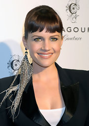 Carla Gugino showed off her interesting feathered earring and oped to leave the other one at home. Hmmmmmm?