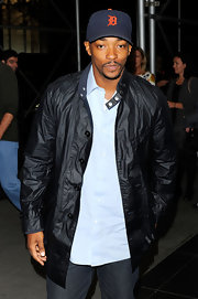 A snap collared motorcycle jacket was the perfect choice for Anthony Mackie's sporty look.
