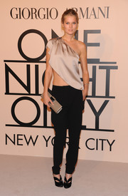 Toni Garrn finished off her ensemble with a pair of modern black pumps.