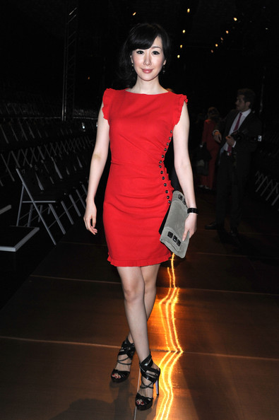 Seia Lee rocked a little red dress, which was embellished with studs on the side.