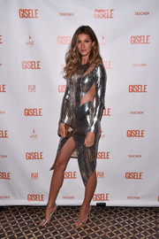 Gisele Bundchen complemented her alluring frock with silver ankle-strap sandals.