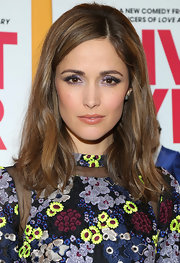 Rose Byrne kept her auburn tresses natural looking with windblown waves.