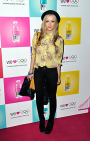 Laura Whitmore wore a casual yet smart outfit during Jessie J's concert, consisting of a yellow print button-down and skinny jeans.