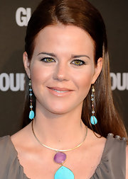 Amelia paired her taupe dress with dangling turquoise earrings that gave her ensemble a nice color pop.