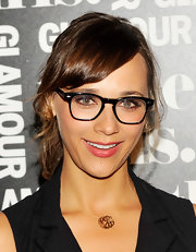 A gold monogram necklace was just the subtle shiny touch Rashida Jones' neckline needed.