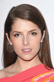Anna Kendrick sported a loose straight hairstyle at the 2017 Glamour Women of the Year Awards.