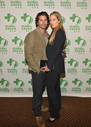 Elizabeth Berkley pulled off a classic blazer and slacks ensemble and finished it with a pair of suede pumps.
