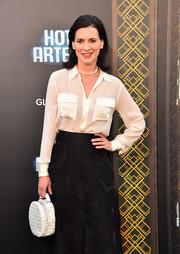 Perrey Reeves attended the premiere of 'Hotel Artemis' carrying a quilted white purse.