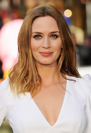 Emily Blunt showed off her blonde tresses with a naturally wavy style.