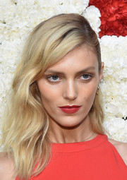 Anja Rubik attended the Golden Heart Awards wearing sexy waves with a deep side part.