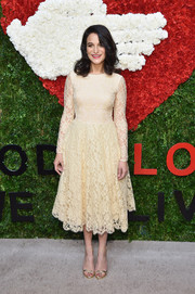 Jenny Slate's gold evening sandals went beautifully with her cocktail dress.