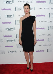 Bridget Moynahan donned a one-shoulder sleek LBD with a ruffled sleeve.