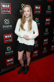 Amanda Seyfried paired her top with a black mini skirt.
