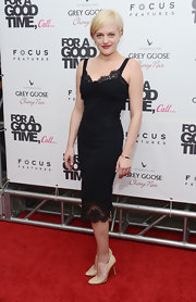 Elisabeth Moss debuted her new 'do in a sexy lace-adorned LBD.